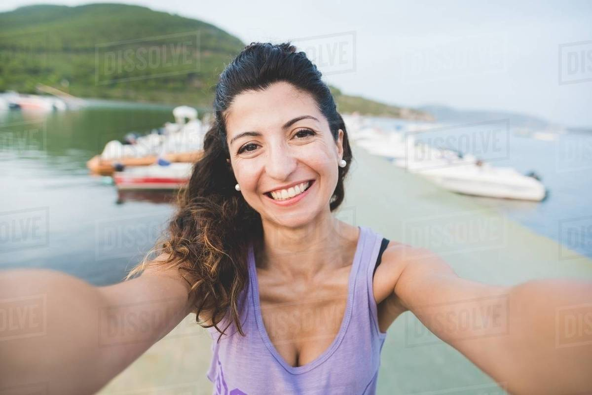 Woman at coast, taking a picture of herself Royalty-free stock photo